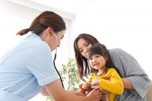 thăm khám y tế để điều trị dậy thì sớm